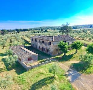 Casale della Chiocciola, in Monteriggioni (Siena)