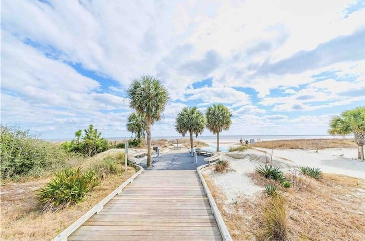 BEACH RETREAT, CONDO, WALK TO BEACH &COLIGNY (2-B)