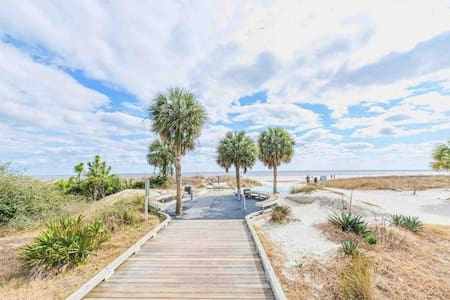 BEACH RETREAT, CONDO, WALK TO BEACH &COLIGNY (2-B)
