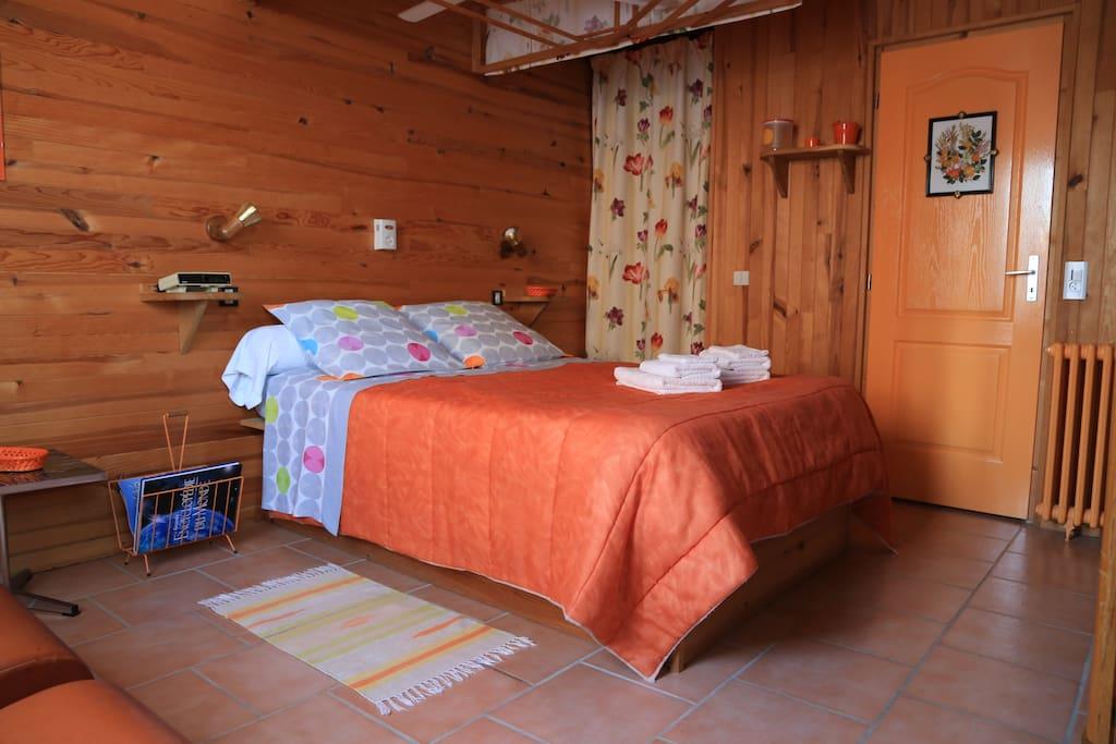 Chambres d 39 h tes lamourio chambre mandarine chambres for Chambre hote 93