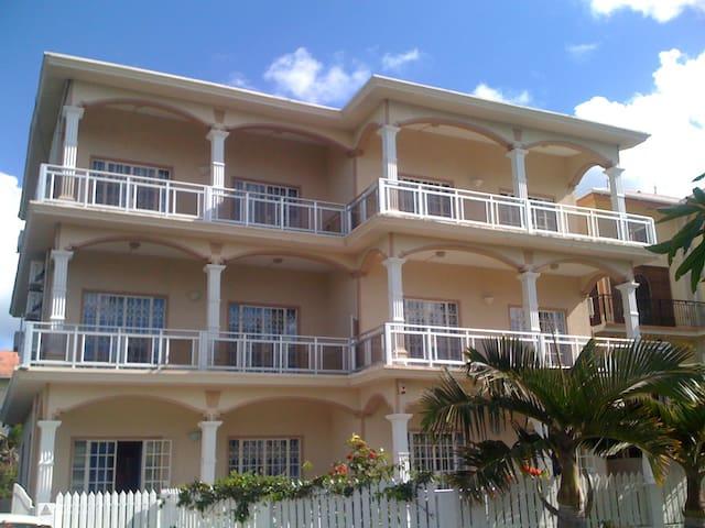 3 Dolphins Apartments, Trou aux Biches