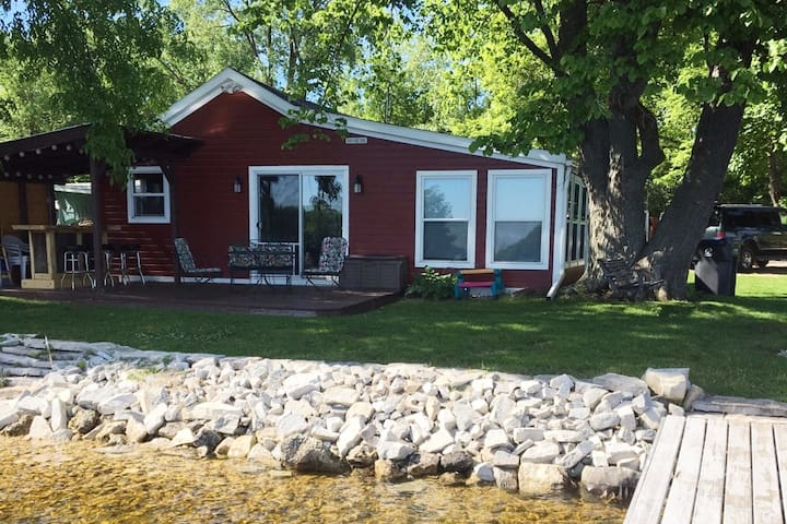 Red Waterfront Cottage in Door County