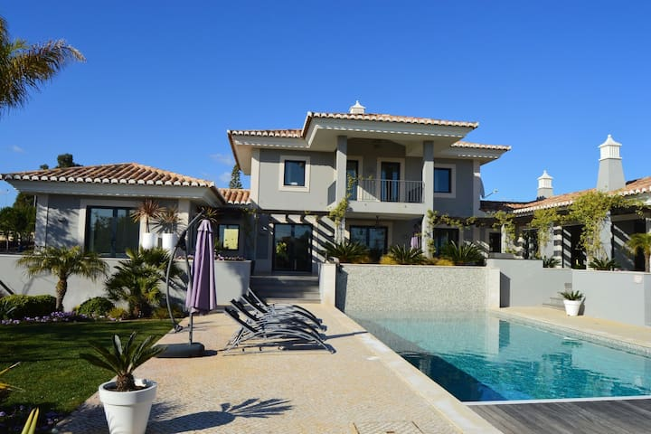 A modern, highly luxurious 4-bedroom villa with swimming pool near Carvoeiro