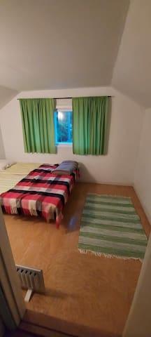 Yläkerran toinen makuuhuone, jossa kaksi yhden hengen vuodetta (yhdistettävissä parivuoteeksi).