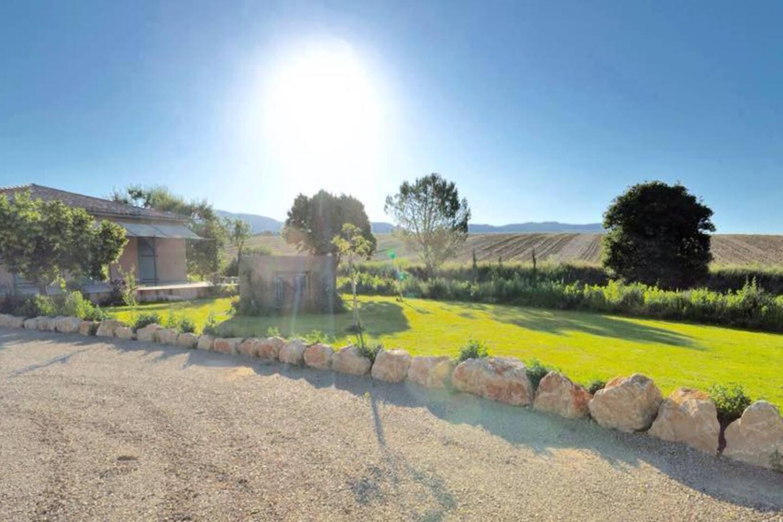 Vue splendide de la terrasse : champs de lavande au soleil !