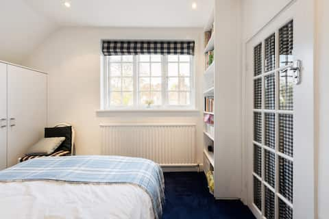Comfortable double room with ensuite in NW London