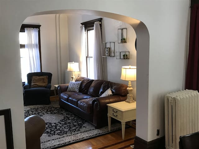 Lovely Urban Home Near Downtown for up to 12 1-5c