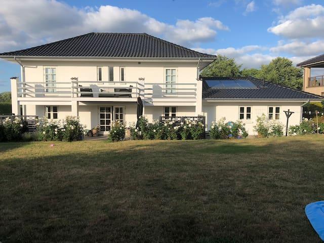 Lækkert 2-etages familie hus m/udsigt til fjorden