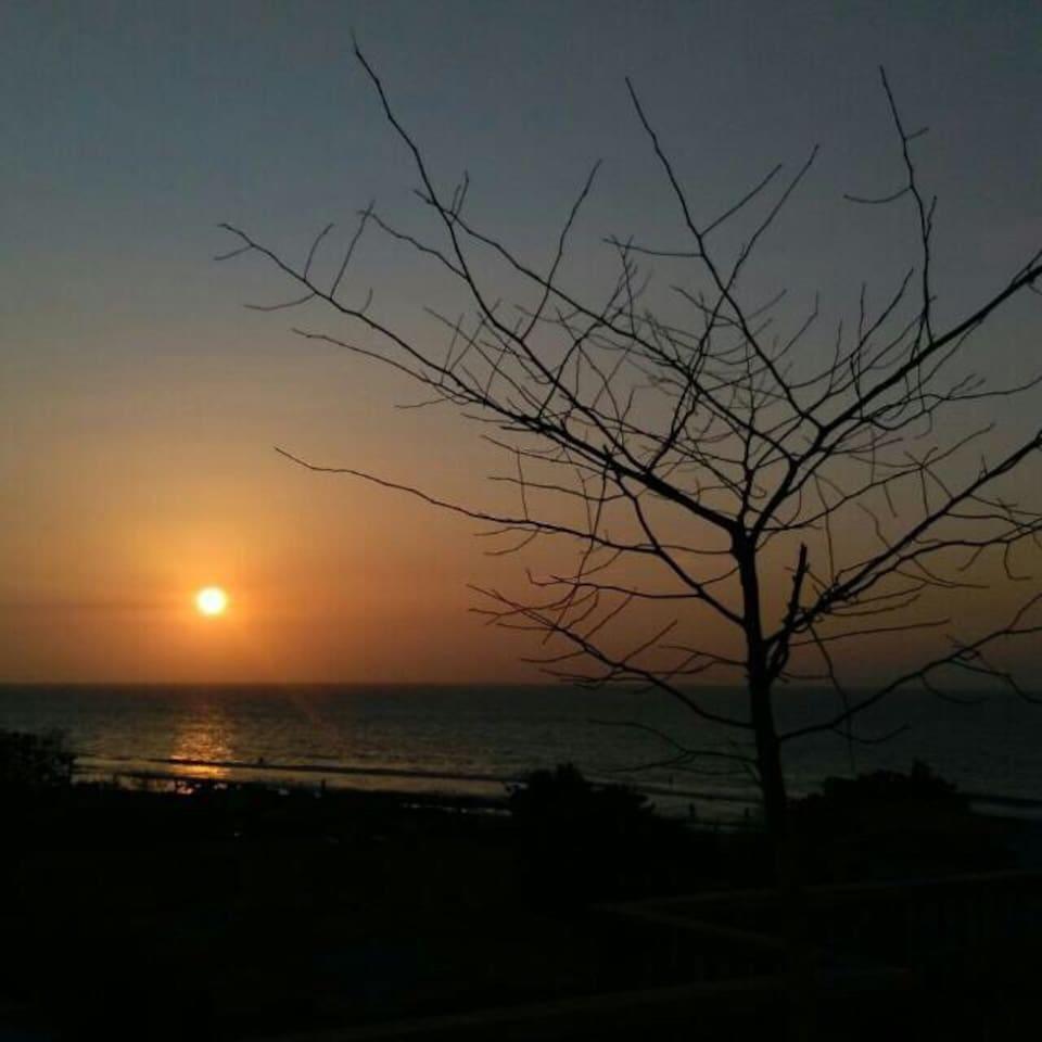 Atardecer en la terraza con vista al mar.