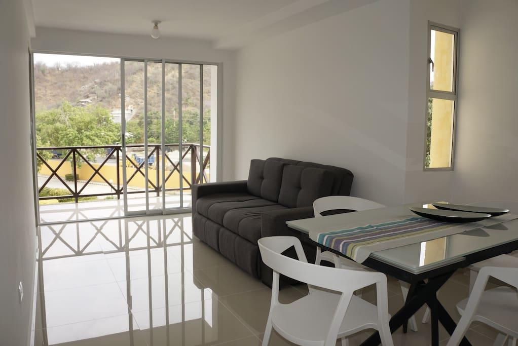 Sala del Apartamento (sofa cama, Comedor 4 puestos expandible a 6 puestos)