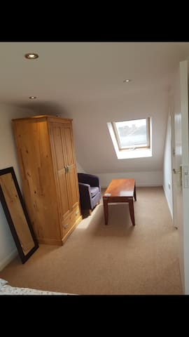 Cosy room near Heathrow and Tube