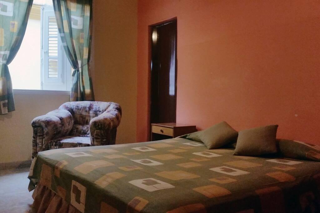 Imagen de la habitación, donde se aprecia la ventana hacia la calle Obispo