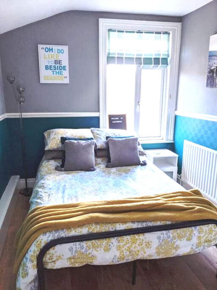 Large double room, close to amenities