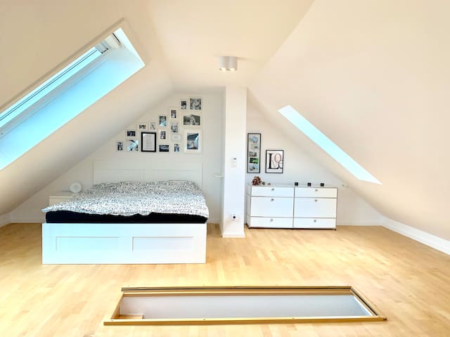 Doppelbett im Dachgeschoss