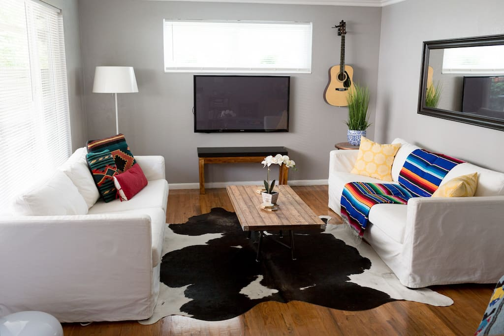 Classy, unique, spacious living room where you can relax, play the guitar, listen to music, socialize and/ or watch a movie.