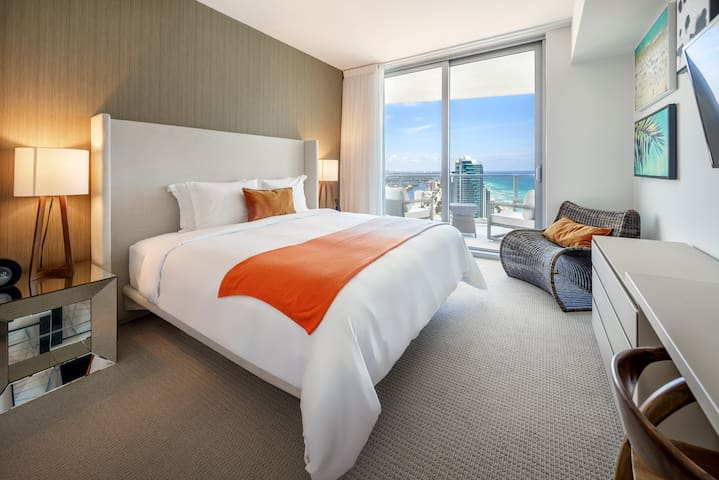 The master bedroom, where you will have a good night's sleep.