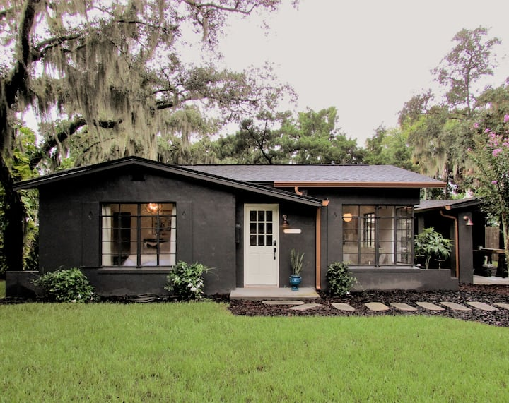 Little Black House - Steps from Indian River
