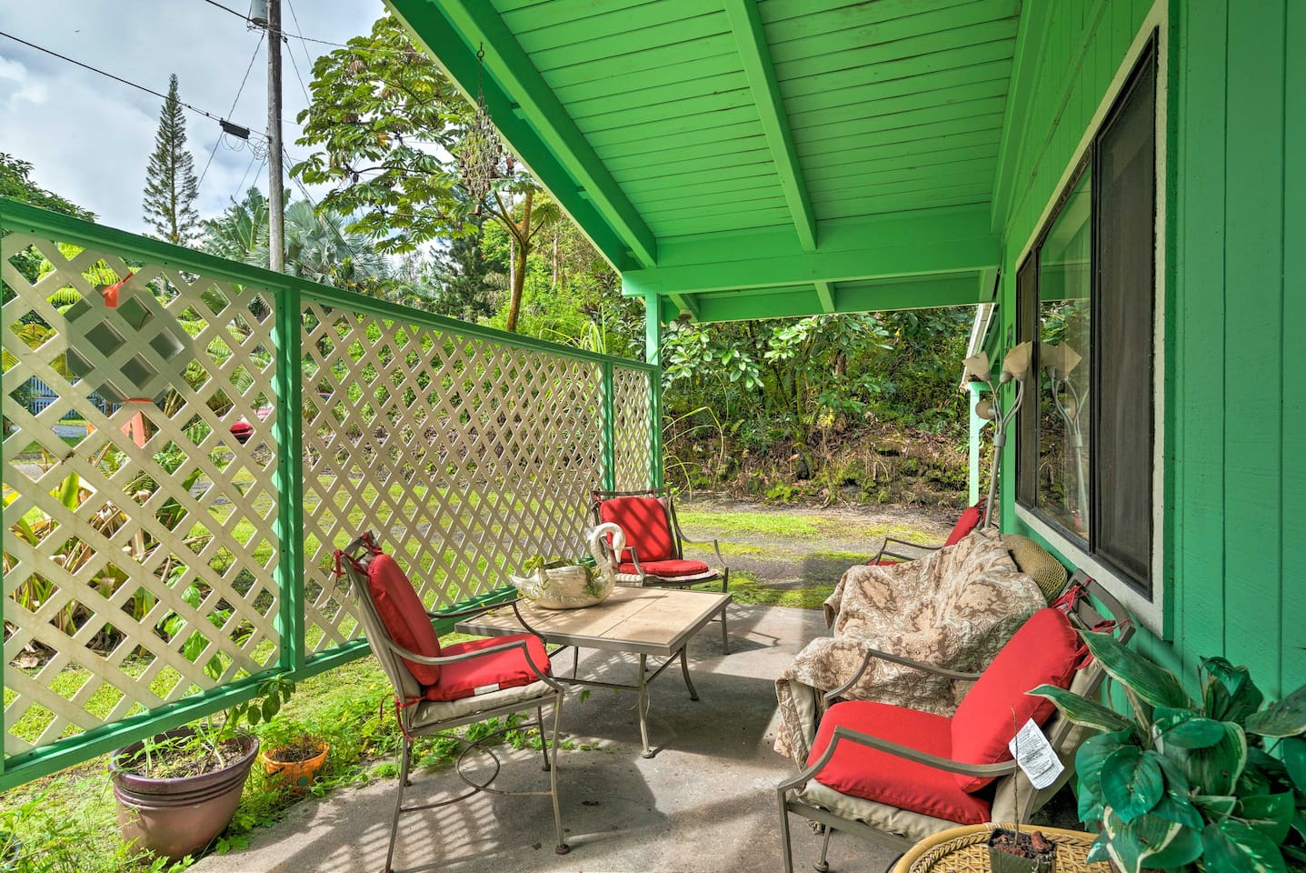 Take in your tropical Pahoa surroundings from the comfort of your covered patio!