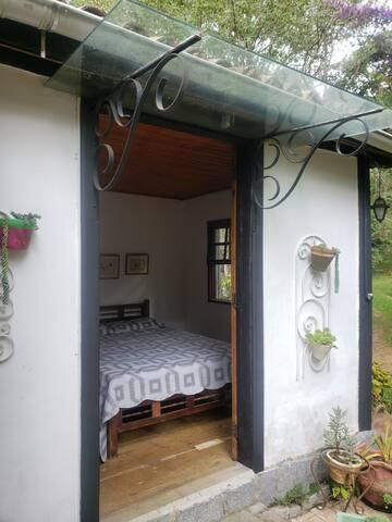 Quarto de casal, com porta de acesso externa e interna.