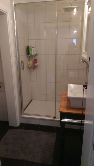 Bad mit Dusche und Toilette