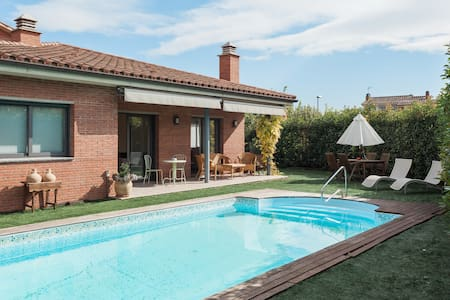 Casa grande con piscina y jardín. - Cornellà del Terri - Dom