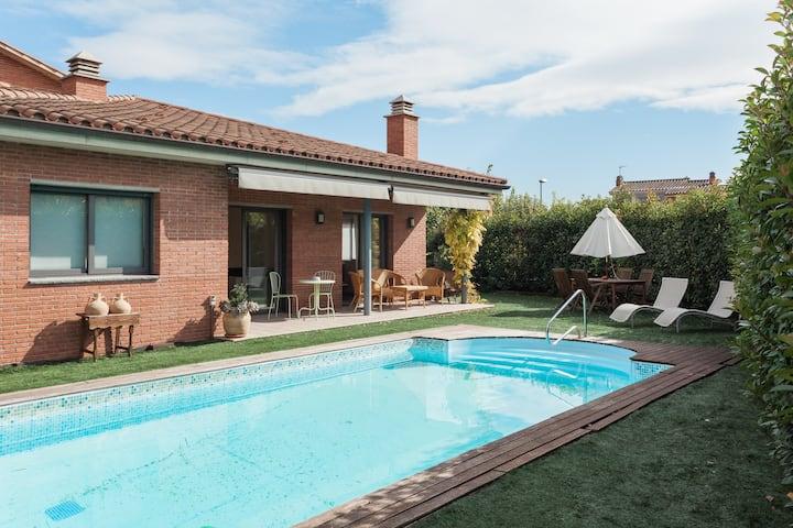 Casa grande con piscina y jardín.