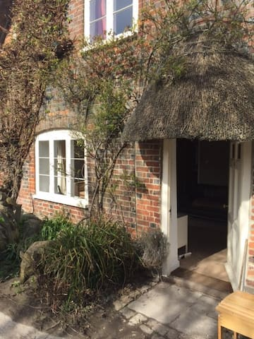 Old Thatched Cottage - sleeps 6 - East Kennett - Haus