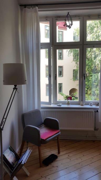 Sovrumsfönster mot gården/ bedroom window towards backyard