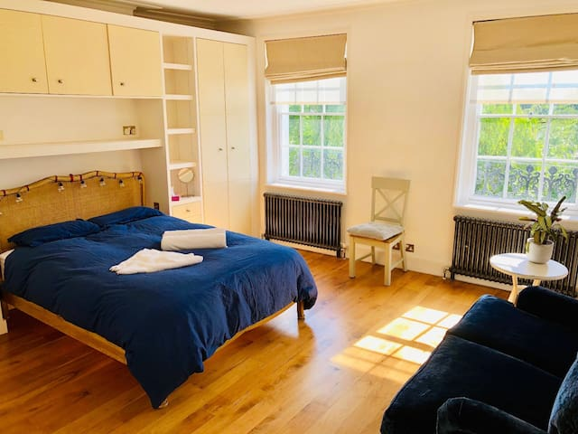 One bedroom with Kingsize bed in Central London