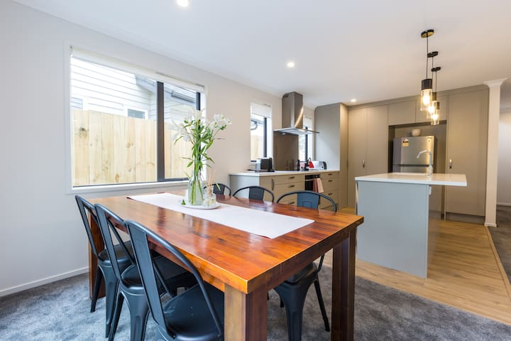 Brand new, Sun-drenched 4 brm Home in Onehunga!