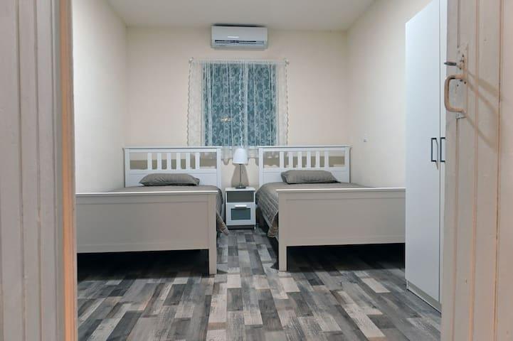 Υπνοδωμάτιο 3:Διαθέτει 2 μονά κρεβάτια, κομοδίνο, ντουλάπα, a/c.