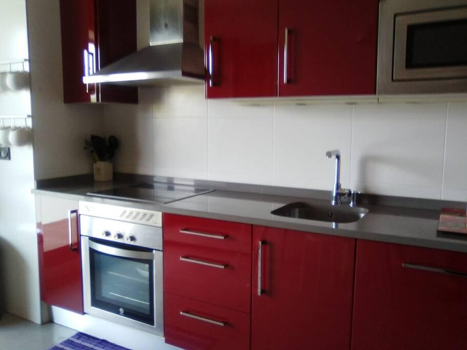 cocina moderna con toda clase de equipamiento, lavadora, lavavajillas, horno, microondas, cafetera, vitrocerámica.....