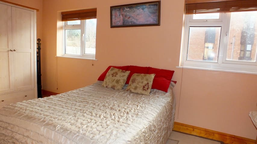 Bright room right by the river - Exeter - Apartment