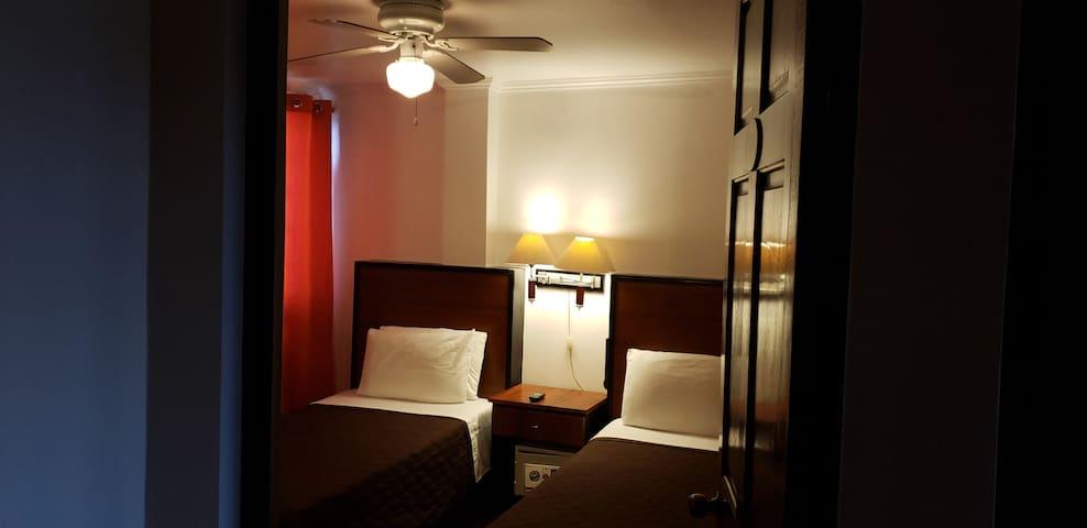 Habitación privada con 2 camas individuales y ventilador de techo