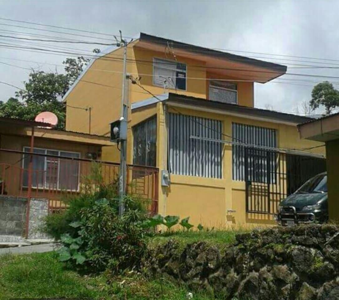 Es una casa amplia, muy acogedora con vista al volcán y desde la segunda planta se puede apreciar el pueblo