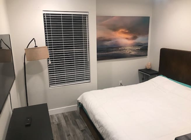 Modern private Bedroom close to Hollywood/Burbank!