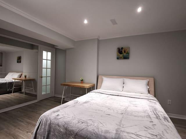 【6号房】半地下独立卧室,标准双人床,大空间壁橱,采光好,冬暖夏凉,深受学生、商旅人士青睐!
