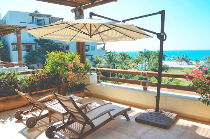 Luxury Condo , a few steps to the beach,pools