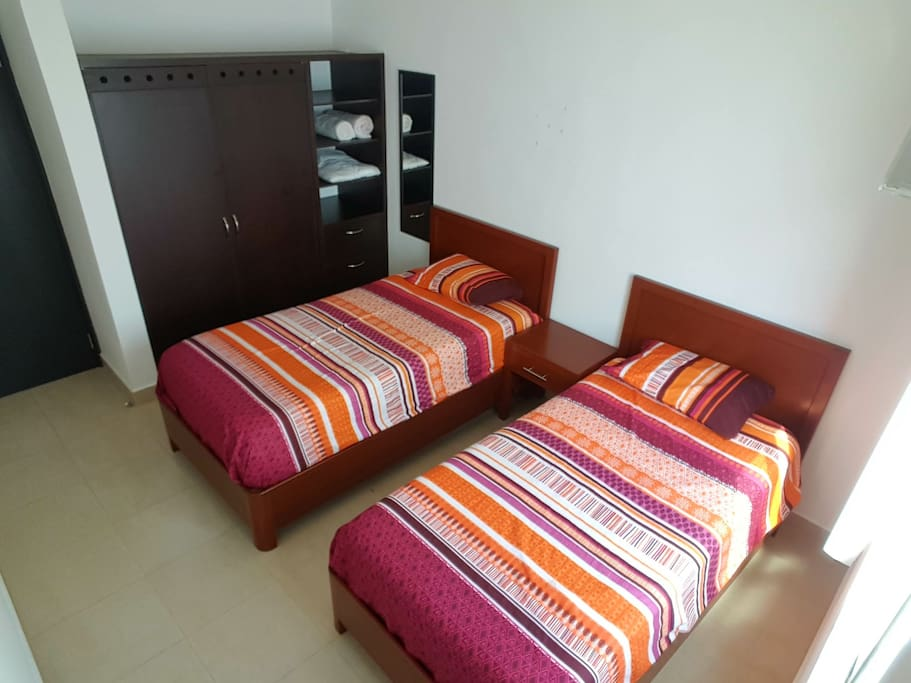 Bedroom with 2 single beds or 1 king size, with AC and wifi