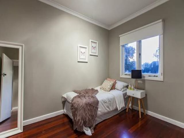 Private room in Queens Park/ Very Central in Perth - Queens Park - House