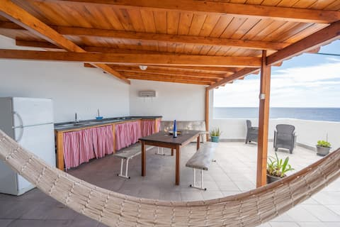 Front line, unbeatable terrace 10m from the sea