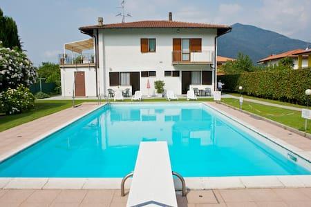 Casa Augusta 1 con vista piscina - Maccagno con Pino e Veddasca