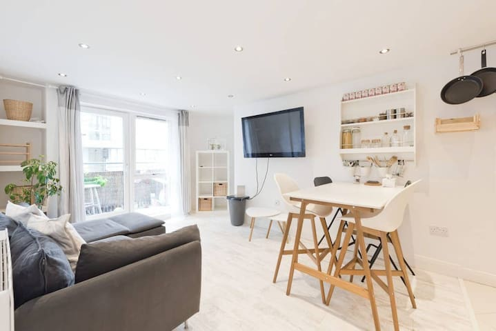Water View Modern 2 BR in Dublin City Centre CHA635