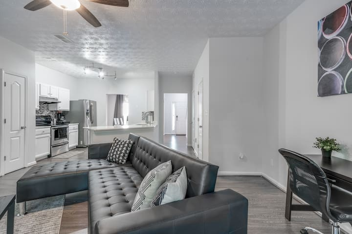 Super Modern Townhome Close to Airport/Downtown!!