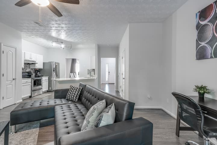 Modern Townhome Close to Airport and Downtown