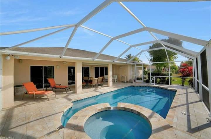 Poolvilla in Cape Coral at canal. Central location