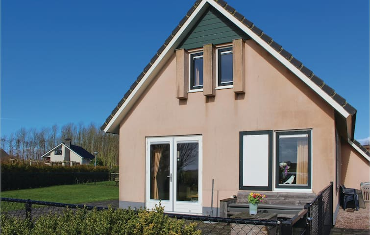 Holiday cottage with 3 bedrooms on 75m² in Tzummarum