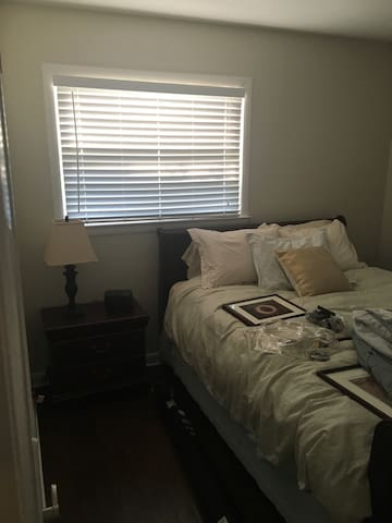 Cute bedroom in quiet neighborhood - Grosse Pointe Woods - Dům