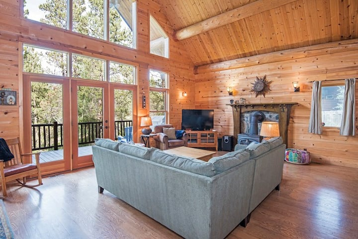 Dragonfly Cabin Riverfront Cabin Has Rustic, Romantic Aura with Modern Amenities, Open Floor Plan, Lots of Light and Hot Tub!