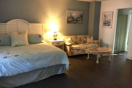 Spacious Studio in Cottage Duplex - Gulfport